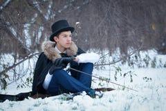 Hombre hermoso del elegantyoung con el estoque, al aire libre Fotos de archivo