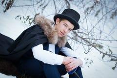 Hombre hermoso del elegantyoung con el estoque, al aire libre Fotografía de archivo