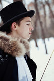 Hombre hermoso del elegantyoung con el estoque, al aire libre Foto de archivo libre de regalías