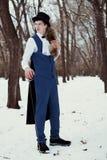 Hombre hermoso del elegantyoung con el estoque, al aire libre Fotografía de archivo libre de regalías