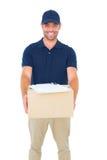 Hombre hermoso del mensajero con el paquete Fotos de archivo libres de regalías