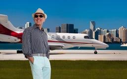 Hombre hermoso derecho fuera de un jet privado Fotos de archivo