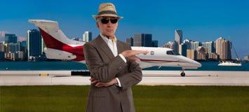 Hombre hermoso derecho fuera de un jet privado Imagen de archivo libre de regalías