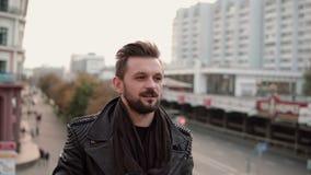 Hombre hermoso elegante feliz con una barba que bebe el café o el té para llevar que mira al lado Foto de archivo