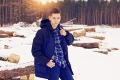 Hombre hermoso, elegante y joven que corrige su chaqueta Primavera temprana, día soleado Moda del ` s de los hombres Foto de archivo
