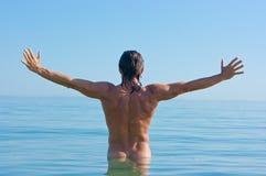 Hombre hermoso en agua fotografía de archivo