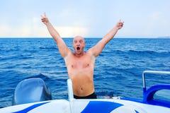 hombre hermoso en el mar en una natación del barco, el concepto de reconstrucción y el turismo Vacaciones imagen de archivo