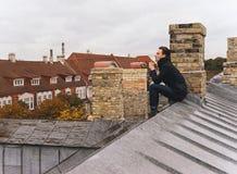 Hombre hermoso en el tejado Humor del otoño Foto de archivo
