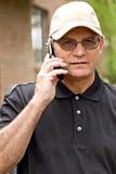 Hombre hermoso en el teléfono celular Imágenes de archivo libres de regalías