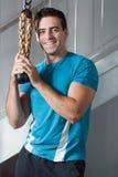 Hombre hermoso en gimnasia - vertical Fotografía de archivo