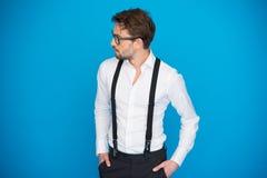 Hombre hermoso en la camisa y apoyos blancos que llevan del azul Imagen de archivo libre de regalías
