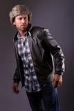 Hombre hermoso en la chaqueta de cuero Imagenes de archivo