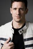 Hombre hermoso en la chaqueta de cuero blanca. Imagen de archivo libre de regalías