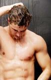 Hombre hermoso en la ducha Foto de archivo