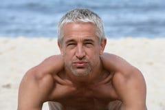 Hombre hermoso en la playa Imagen de archivo libre de regalías