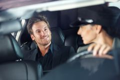 Hombre hermoso en la sonrisa de lujo del coche Foto de archivo