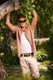 Hombre hermoso en la sonrisa del jardín Foto de archivo libre de regalías