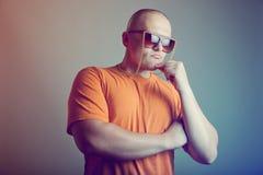 Hombre hermoso en lentes de moda Fotos de archivo libres de regalías