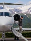 Hombre hermoso en los pasos de un jet privado Imagenes de archivo