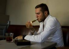 Hombre hermoso en restaurante Fotos de archivo libres de regalías