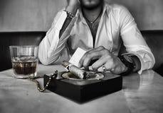 Hombre hermoso en restaurante Fotografía de archivo