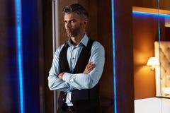 Hombre hermoso en ropa de la moda en interior de lujo Hombre de negocios Foto de archivo