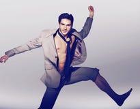 Hombre hermoso en salto victorioso Imagenes de archivo