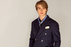 Hombre hermoso en siut azul Imagen de archivo libre de regalías