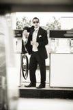 Hombre hermoso en traje de pedazo de tres en la gasolinera que bebe un whisky Imagen de archivo