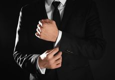Hombre hermoso en traje elegante en fondo negro, imagenes de archivo