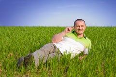 Hombre hermoso en un campo de trigo Fotografía de archivo libre de regalías