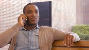 Hombre hermoso en una llamada de teléfono almacen de video