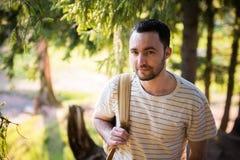 Hombre hermoso feliz sonriente con la barba en el bosque, montañas, parque Hombre del viajero que se relaja El caminar de la form imagen de archivo