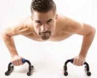 Hombre hermoso fuerte que hace deporte Imagen de archivo libre de regalías