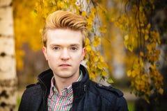 Hombre hermoso joven al aire libre Fotos de archivo libres de regalías