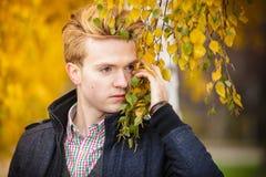 Hombre hermoso joven al aire libre Imagen de archivo libre de regalías