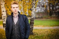Hombre hermoso joven al aire libre Foto de archivo