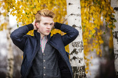 Hombre hermoso joven al aire libre Imágenes de archivo libres de regalías