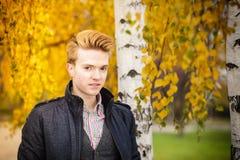 Hombre hermoso joven al aire libre Fotografía de archivo libre de regalías