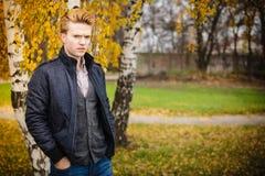 Hombre hermoso joven al aire libre Imagen de archivo