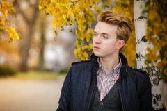 Hombre hermoso joven al aire libre Foto de archivo libre de regalías