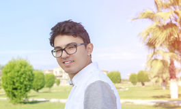 Hombre hermoso joven con las lentes a de la moda de la gran sonrisa que llevan Fotos de archivo