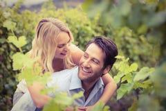 Hombre hermoso joven de abarcamiento de la mujer feliz joven Fotos de archivo