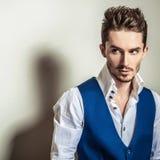 Hombre hermoso joven elegante en el retrato blanco de la moda del estudio de la camisa y del chaleco foto de archivo libre de regalías