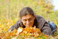 Hombre hermoso joven en bosque del otoño Foto de archivo libre de regalías
