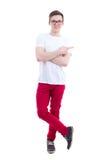 Hombre hermoso joven en la camiseta blanca que señala en algo el isolat Imagenes de archivo