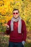 Hombre hermoso joven en los vidrios redondos rojos al aire libre Imágenes de archivo libres de regalías