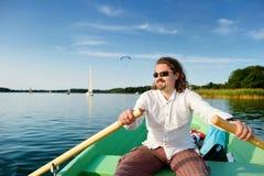Hombre hermoso joven en un barco Foto de archivo