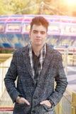 Hombre hermoso joven en una capa del otoño imagen de archivo