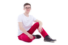 Hombre hermoso joven feliz en la sentada blanca de la camiseta aislado en wh Imagen de archivo libre de regalías